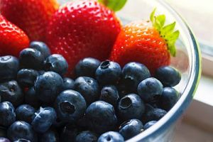 Strawberries and blueberries in bowl