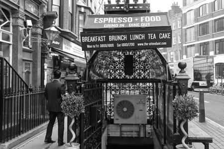 London Kaffee Eingang Attendant