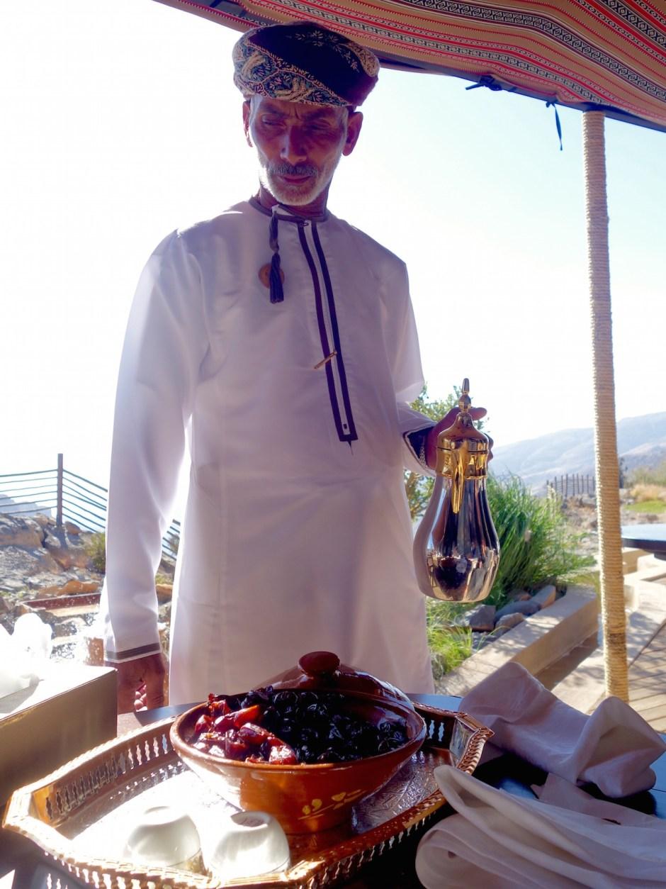 Beduine schenkt Kawa ein