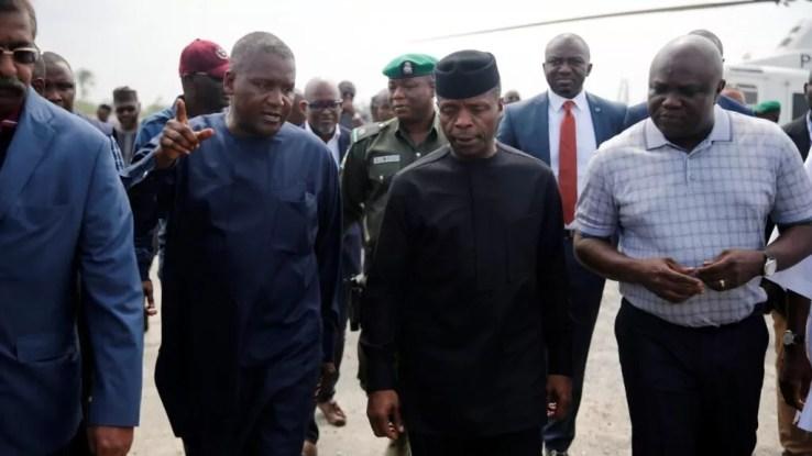 Africa's richest man, Aliko Dangote (L), Nigeria's vice president Yemi Osinbajo (C) and Lagos' governor Akinwunmi Ambode on tour of the Dangote oil refinery site, June 2016.