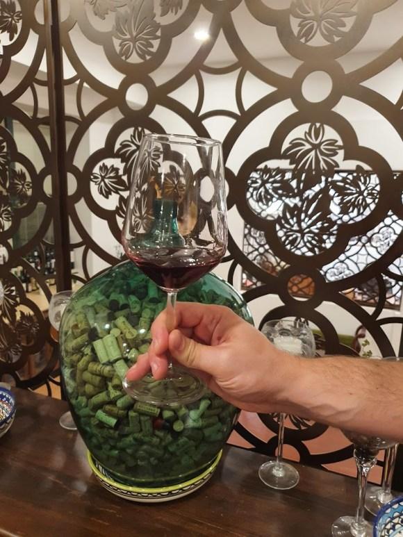 אחיזת כוס יין