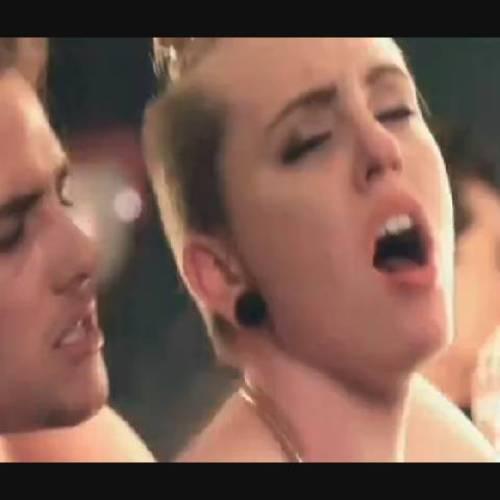 Watch American Top Singer Miley Cyrus 24 Minutes Sextape Hacked On Icloud