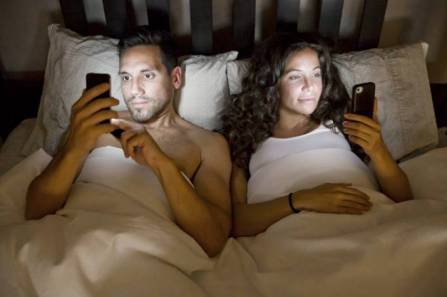 smartphones-in-bed-649846