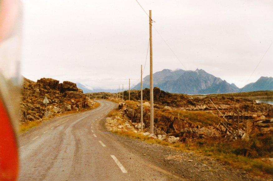 Kypärän takaa kuvattu tie Lofooteille