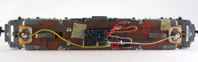 BR 151 Platine mit Decoder und Leiterbahnunterbrechung