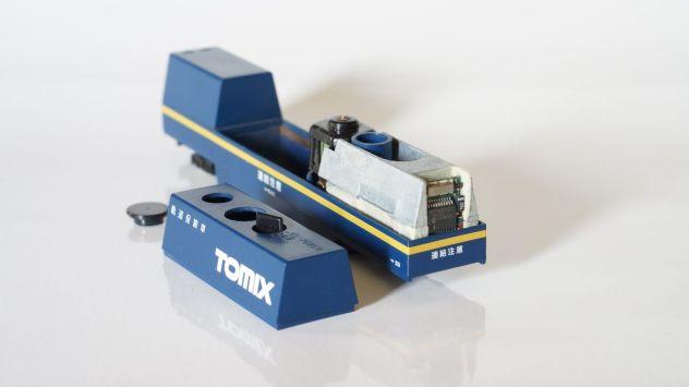 Digitaldecoder in der Aussparung des Tomix Gewichtes verbaut, mit Klebeband isoliert. Kabel wurden unter dem Gewicht verlegt.