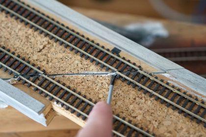 Für eine Gleisreparatur werden alle Befestigungen entfernt