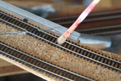 Wasser Löst den Holzleim für die Gleisreparatur