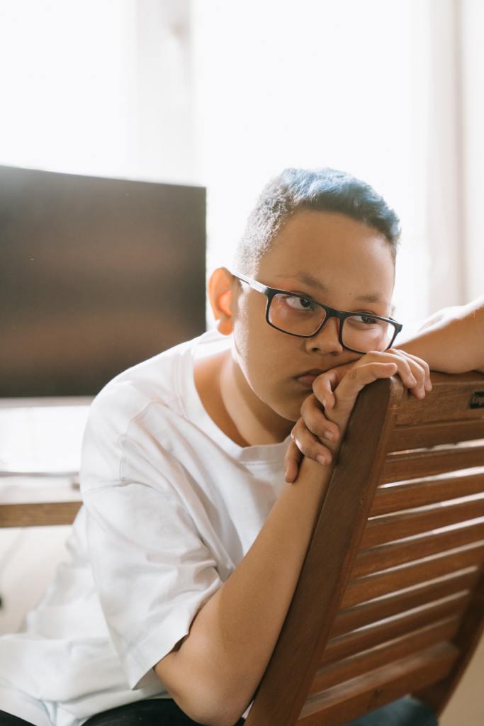 طفل يشعر بالملل في الحظر بسبب فيروس كورونا