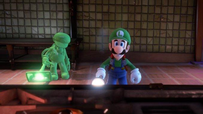 Das Foto zeigt Luigi und Fluigi vor einem Spiegel.
