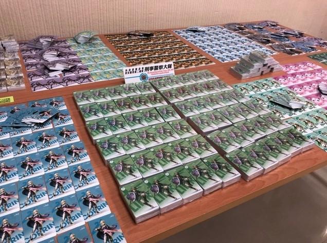 Das Bild zeigt mehrere Stapel mit einer Vielzahl gefälschter Amiibo-Karten.