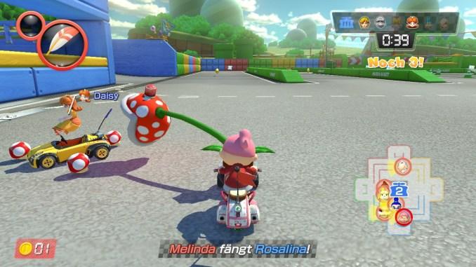 """Das Bild zeigt einen Spielausschnitt aus dem Modi """"Räuber und Gendarm"""". Räuberin Daisy wird von der Piranha-Pflanze attackiert."""