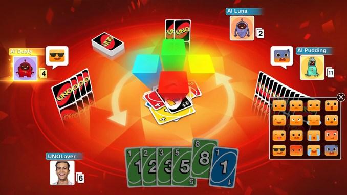 Auf dem Bild ist eine Partie UNO zu sehen. Es spielen vier Leute gegeneinander. Der Hintergrund ist rot und jeder Spieler hält seine Karten in der Hand. Auf der Rückseite ist das charakteristische UNO-Logo zu sehen.