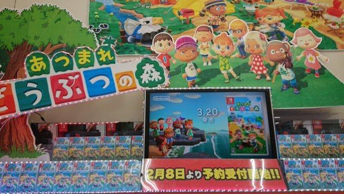 Hinter den schön aufgereihten Spielen stehen ebenfalls noch einige Nintendo Switch zum Verkauf.