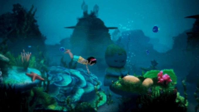 Das Bild zeigt Koa, die Protagonistin von Summer in Mara, welche im blauen Ozean schwimmt. Sie ist umgeben von bewachsenen Steinen, Fischen und sogar Seesterne sind zu sehen.