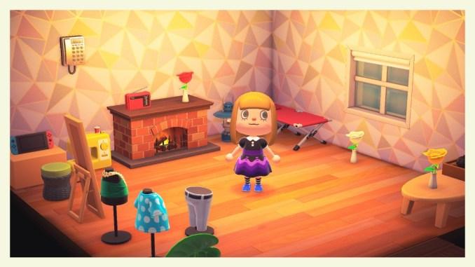 Das Bild zeigt einen wichtigen Teil von Animal Crossing: New Horizons. Der Avatar steht inmitten seines Hauses. Man erkennt ein Telefon an der Wand, ein Kamin steht in der Wohnung, Blumen und Kleider sind dekorativ aufgestellt. Zudem gibt es einen Spiegel. Der Avatar hat blonde Haare und trägt ein schwarz-violettes Kleid.