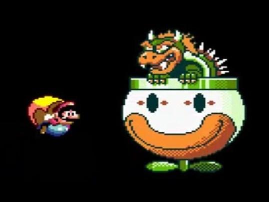 Das Bild zeigt das Spiel Super Mario Land. Der fliegende Mario kämpft im Himmel gegen Bowser. Bowser sitzt in seiner fliegenden Untertasse. Er erinnert mehr an einen Dinosaurier als an eine Schildkröte.