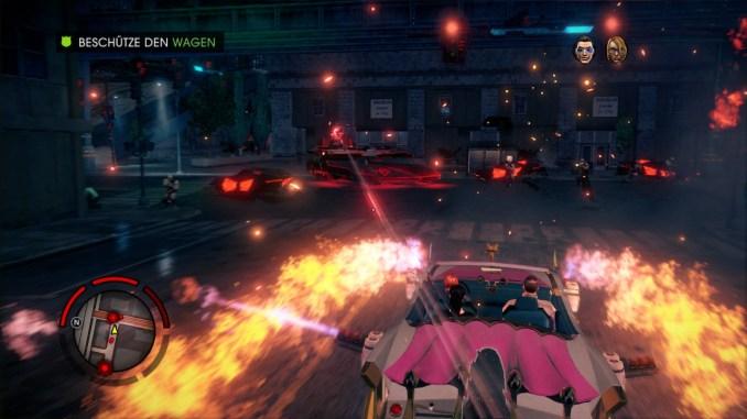 Das Bild zeigt einen pinken Cadillac, der rundherum Flammenwerfer installiert hat