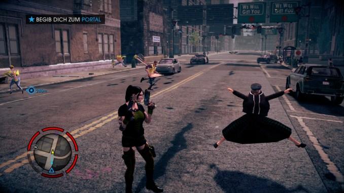 Das Bild zeigt den Spieler in den Straßen von Steelport. Neben ihm läuft eine Passantin in sehr merkwürdiger Haltung.