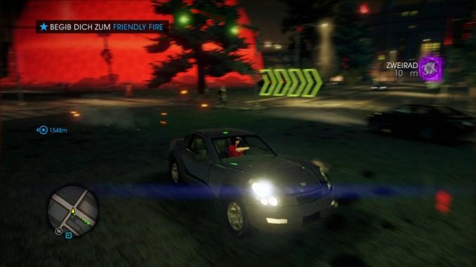 Das Bild zeigt den Spieler in einem Sportwagen.