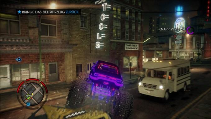 Das  Bild zeigt einen Monstertruck, wie er über ein Taxi fährt.
