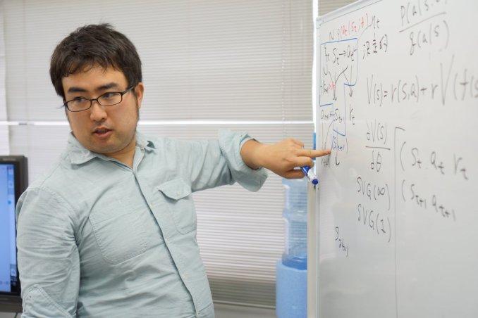 Das Bild zeigt einen bekannten Mitarbeiter von Bloomberg Takashi Mochizuki. Er befragte einen unbekannten Nintendo-Entwickler.