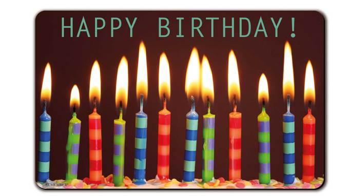 Das Bild zeigt 12 Geburtstagskerzen stilisiert in Reihe angeordnet im Bezug zum Fire Emblem Geburtstag.