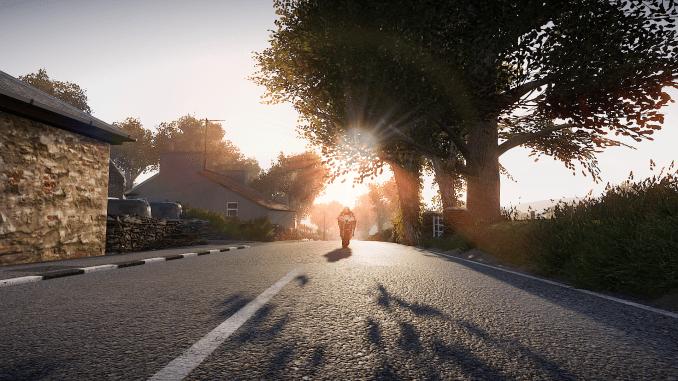 """Das Bild zeigt einen Motorradfahrer im Sonnenuntergang in """"TT Isle of Man 2""""."""