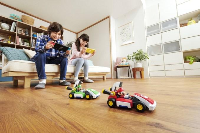 """Das Bild zeigt die beiden physischen Karts von """"Mario Kart Live: Home Circuit""""."""