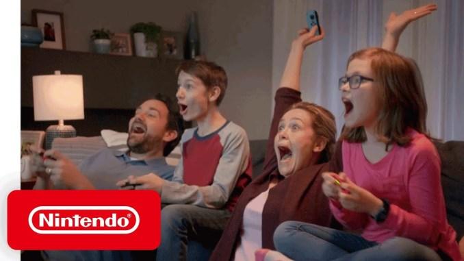 Zu sehen ist eine Familie de mit der Switch spielt