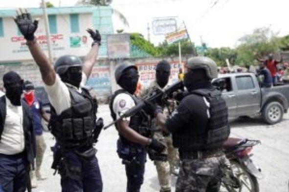 Policías protestan en Haití.