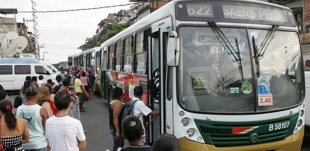 No dia seguinte à retomada do Alemão, moradores lotam ponto de ônibus para ir ao trabalho