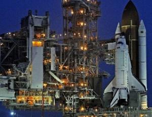 Ônibus espacial Endeavour é visto na plataforma de lançamento do Centro Espacial Kennedy