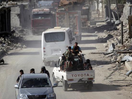 10月5日,反对派武装皮卡车行进在阿勒颇市一条街道上。(图片来源:新华/路透)