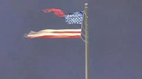 美国最大国旗遇雷暴,被撕成两半