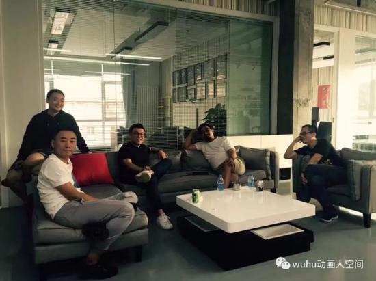圖為《流浪地球》前期團隊左起美術總監郜昂、概念設計總監張勃、視效總監丁燕來、製片人龔格爾、副導演周易