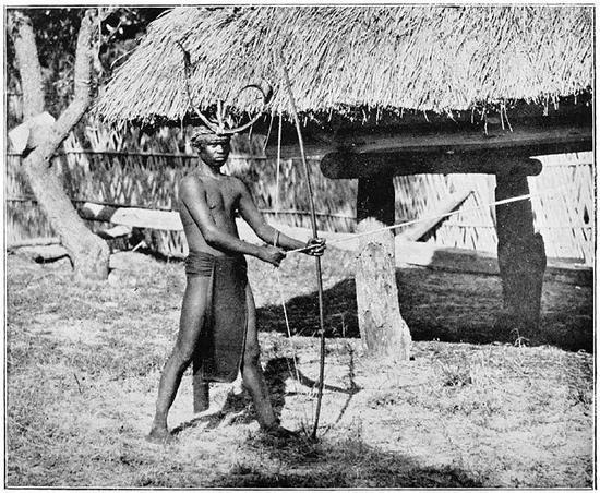 男獵人似乎才更符合想像(圖為菲律賓一位拿著獵弓的尼格利陀人)  The Inhabitants of the Philippines