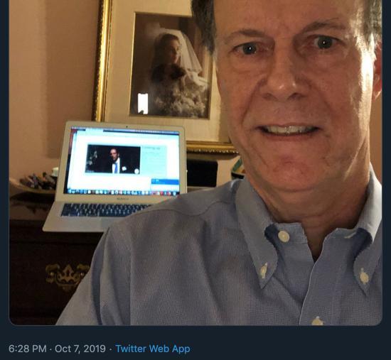 威廉·凯林得知获奖时发的自拍。截图/自诺贝尔奖官方推特。