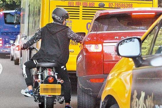 周杰倫騎摩托嬌妻開轎車緊隨 等紅燈時不忘調情