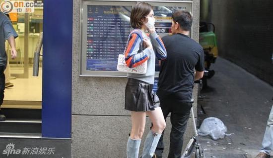 關之琳短裙長靴秀美腿 高挑如18歲少女(圖)