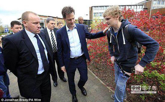 小伙找英國副首相玩自拍 牛仔褲掉落露出內褲