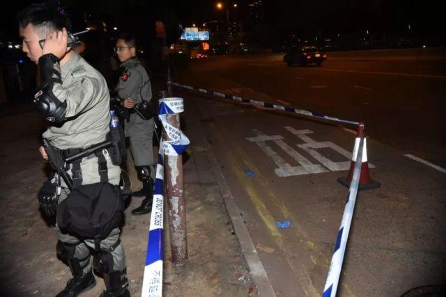 警察在事发现场附近搜寻,图源:香港《头条日报》