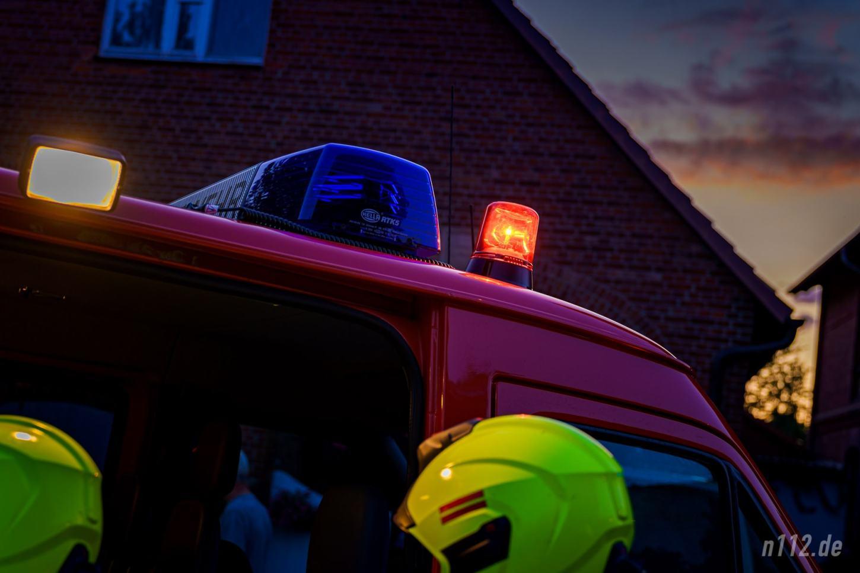 Das rote Rundumlicht gibt es nur einmal an einer Einsatzstelle: Es weist alle ankommenden Feuerwehrleute darauf hin, wo sich die Einsatzleitung befindet, bei der sie sich anmelden müssen. (Foto: n112.de/Stefan Hillen)
