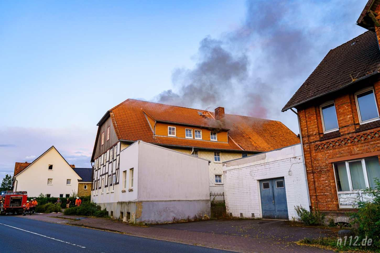 Beim Eintreffen der ersten Feuerwehrleute drang schwarzer Rauch aus dem Dachgeschoss (Foto: n112.de/Stefan Hillen)