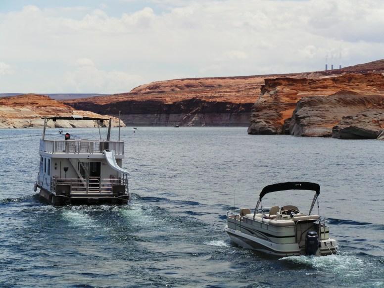 ada boat kecil yang ditarik