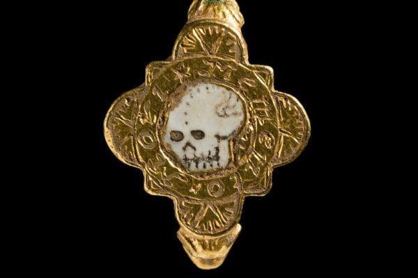 В Великобритании найдено кольцо, напоминающее о смерти ...