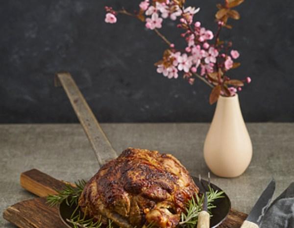 Свиная рулька, запеченная в духовке в рукаве, рецепт - Рецепты