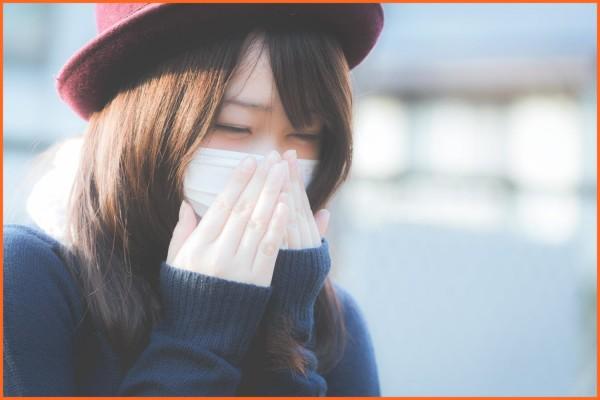 花粉症の女性 マスク