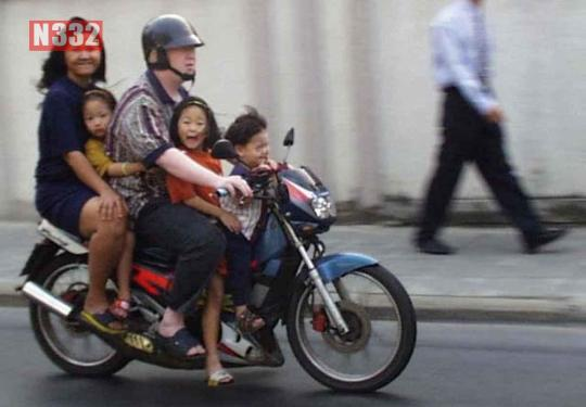 In no case is it permitted for a passenger to sit between the driver and the handlebars of the motorcycle or moped