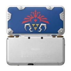 Esta new 2DS XL está coloreada por tonos azules y plateados, acompañados por la trifuerza